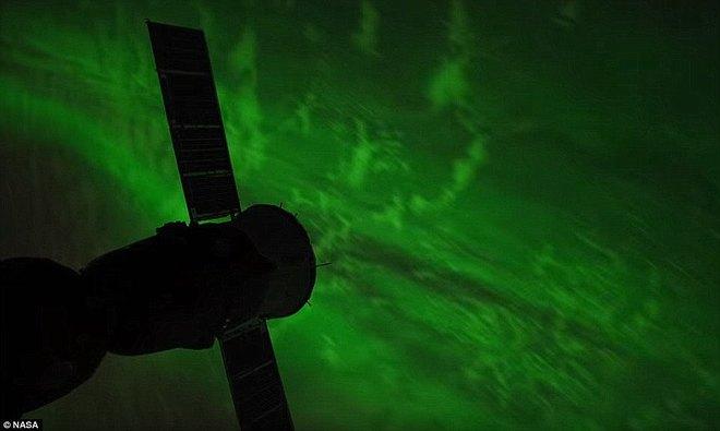 Vào tháng Hai, ánh sáng màu xanh, được tạo ra bởi những hạt tích điện được phóng đi bởi Mặt trời tương tác với các nguyên tử khí gas trong bầu khí quyển, ngay trên quỹ đạo của trạm vũ trụ