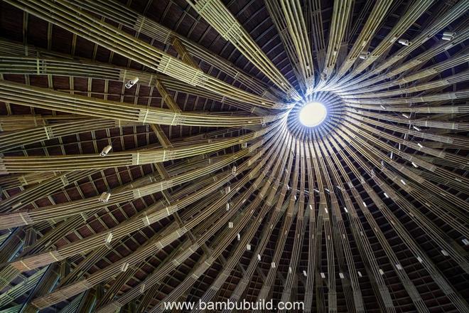 Giải pháp kết cấu này giúp tầm nhìn vươn ra cảnh quan thơ mộng bên ngoài của thực khách không bị che chắn. Nhà hàng nón có diện tích hơn 700m2, cao 15m