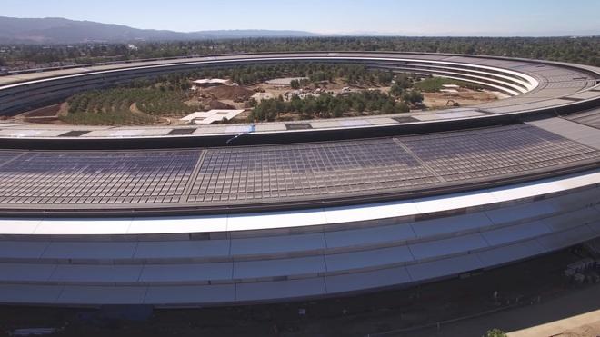 Mái của tòa nhà chính được đặc các tấm năng lượng mặt trời