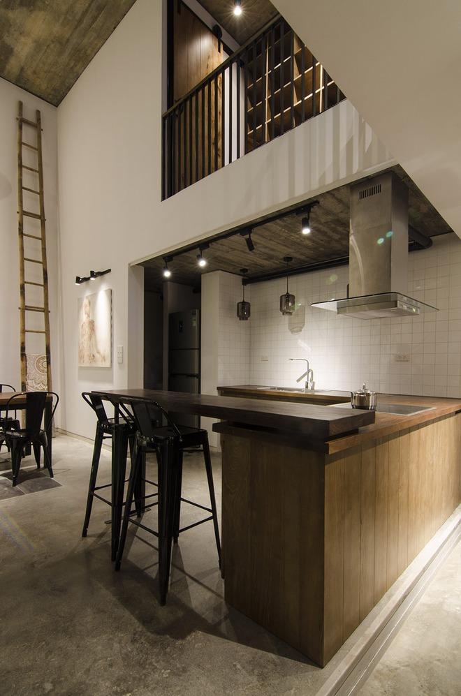 Khu vực bếp được đặt bên dưới khoảng thông tầng nên thoáng đãng