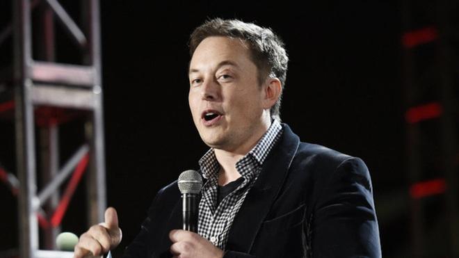 Iron Man đời thực, Elon Musk, cũng trung thành với sơ mi button-down nhưng phối đồ mùa đông bằng cách mặc thêm áo bên trong sơ mi và áo vest bên ngoài