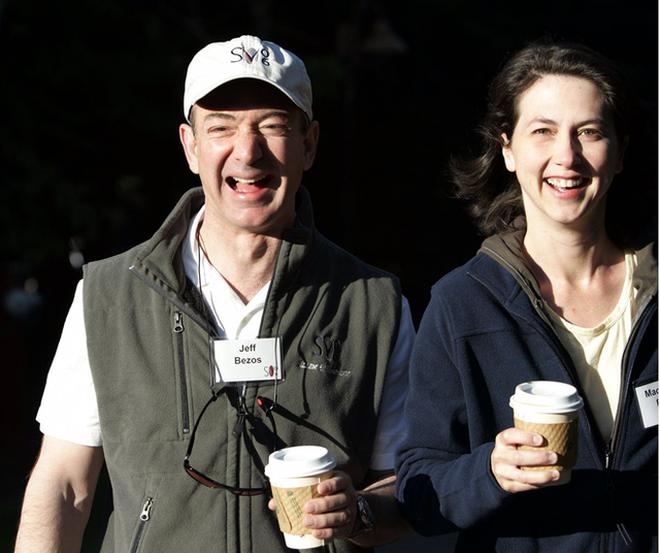 Jeff Bezos và người vợ - một tiểu thuyết gia.