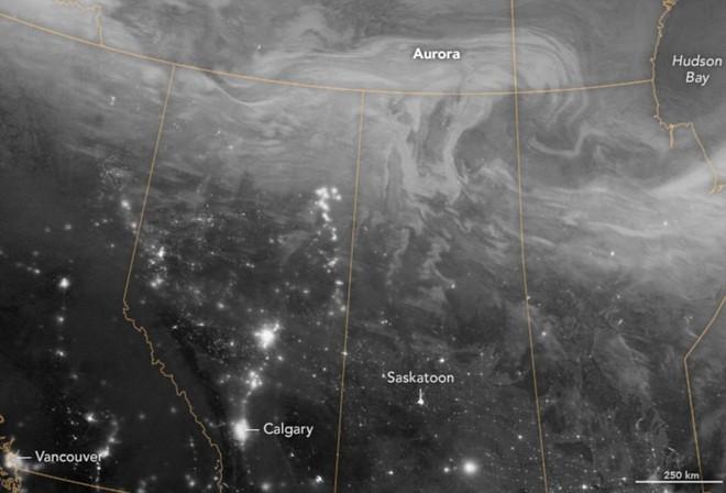 Chỉ một vài giờ sau thời khắc đông chí của năm nay, những người dân ở miền bắc Canada đã được chứng kiến một màn trình diễn cực quang khó quên. Hiện tượng này đã được một vệ tinh của NASA chụp lại bằng hồng ngoại, khi bầu trời xung quanh khu vực đó đang sáng lên.