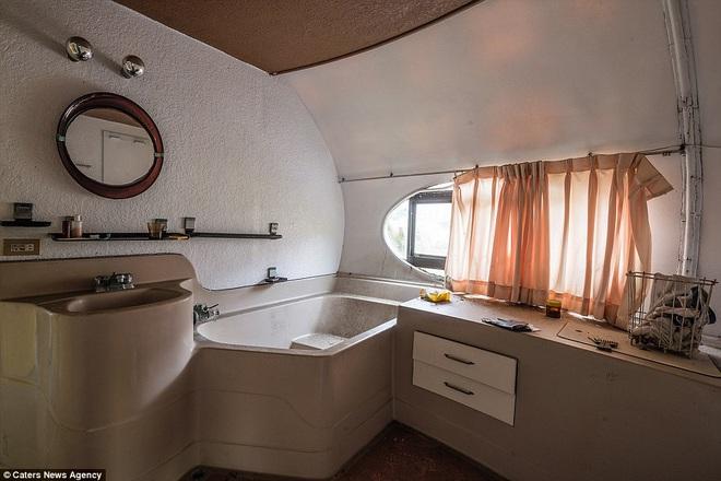 """Ngay cả kiến trúc phòng tắm cũng mang phong cách """"viễn tưởng"""", gồm một bồn rửa mặt và bồn tắm kê cạnh cửa sổ nhỏ."""