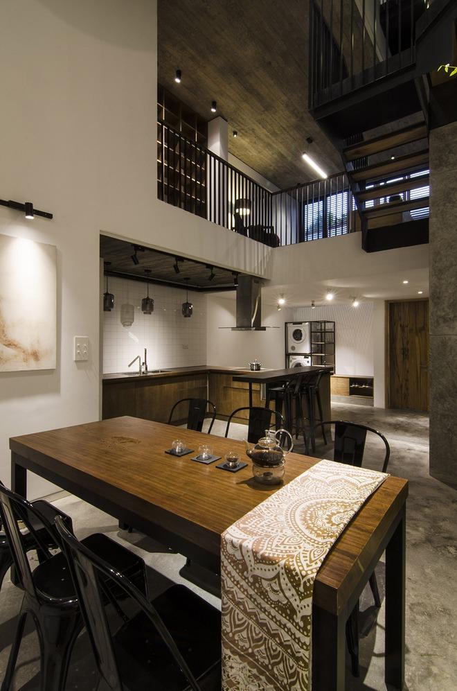 Khu vực bàn ăn mộc mạc với nội thất bằng gỗ thịt