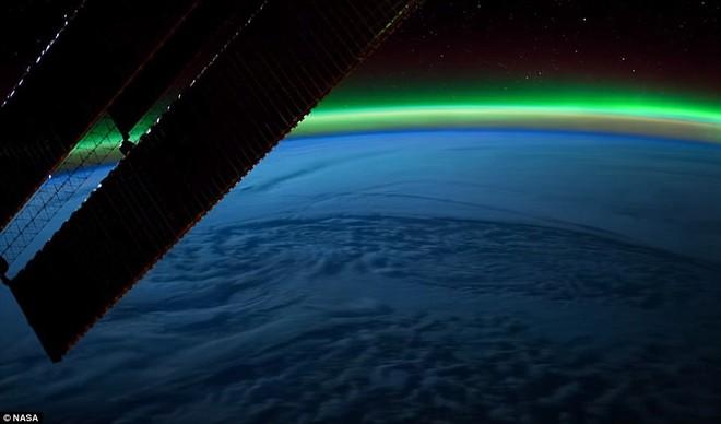 Thiếu tá Tim Peake đã chộp được khoảnh khắc tuyệt đẹp này trong khi trạm vũ trụ đang đi qua lớp sương mù màu xanh bằng cách chụp ảnh qua cửa sổ.