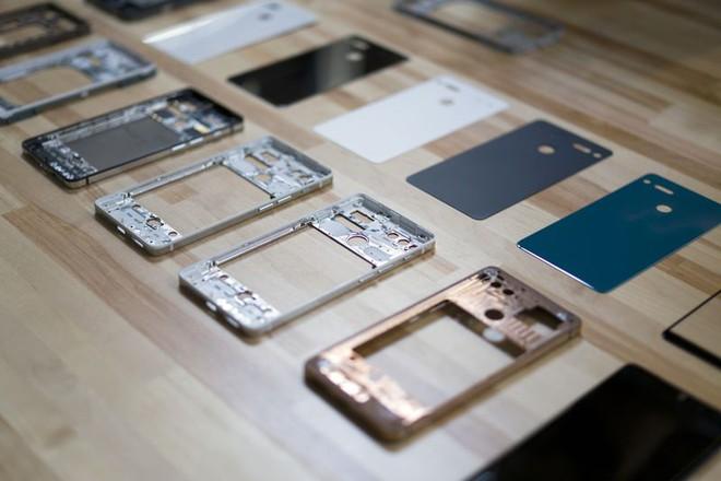 Khung titan nguyên mẫu và mặt sau bằng sứ cho điện thoại Essential. Photographer: Mark Gurman/Bloomberg
