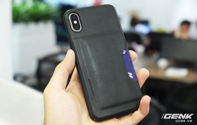 Được bọc da bên ngoài nên mẫu ốp này sẽ đem lại sự sang trọng cho iPhone X, ngoài ra cũng giúp chúng ta cầm nắm điện thoại dễ dàng và chắc chắn hơn