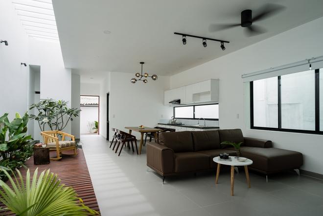 Phòng khách phòng bếp được đặt thông tạo nên một không gian rộng rãi, thoáng mát