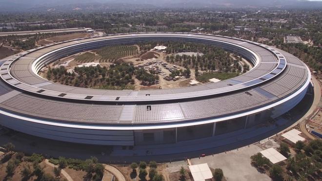 Sau khi được hỏi: tại sao trụ sở của Apple lại cần những tấm kính to và đắt đến như vậy, giám đốc thiết kế Jony Ive đã trả lời: À, điều đó còn phụ thuộc vào cách bạn định nghĩa thế nào là sự cần thiết, có phải không?