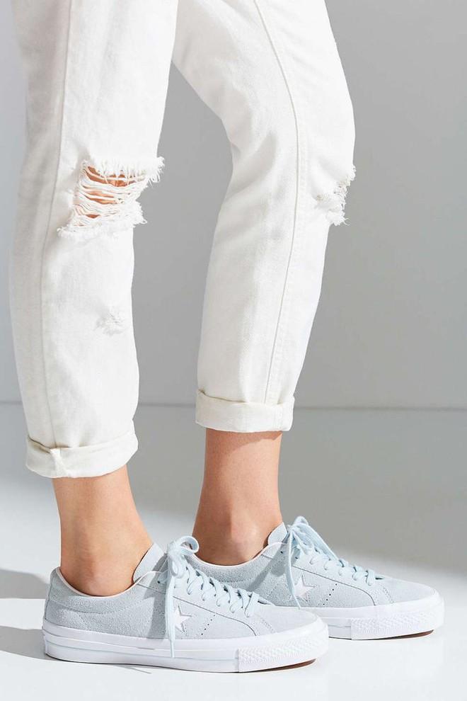 Trong khi giới trẻ phát cuồng với Balenciaga hay Vans thì stylist danh tiếng này lại đánh giá cao 3 đôi sneakers ít hot hơn hẳn - Ảnh 8.