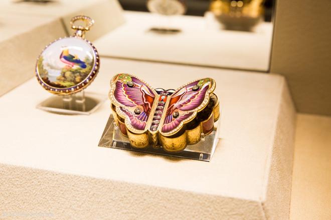 Mẫu trưng bày này vừa là một chiếc đồng hồ, vừa là một chiếc hộp đựng thuốc lá sang trọng.