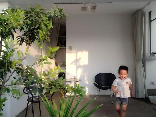 Ngôi nhà 42m2 kỳ lạ ở Sài Gòn: Bên ngoài tưởng kín như hũ nút, bên trong thoáng mát rộng mở thênh thang - Ảnh 10.