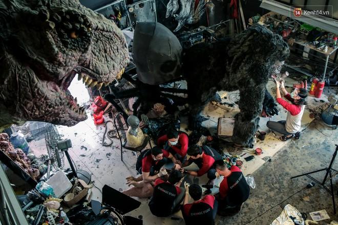 Biết tin bị ung thư vòm họng, chàng trai bỏ việc về mở xưởng làm... mô hình quái vật - Ảnh 8.