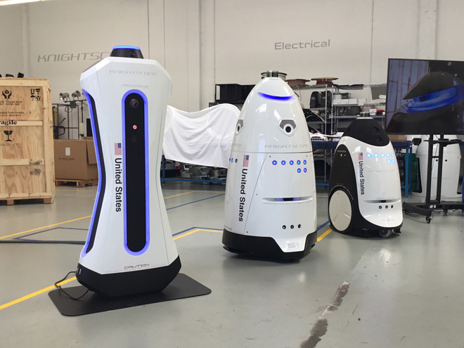 Knightscope hiện sở hữu rất nhiều mẫu robot an ninh. Ở giữa là mẫu robot Knightscope K5