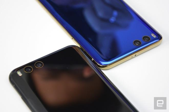 Xiaomi Mi 6 (giá tham khảo: 9.5 triệu đồng cho máy mới) sở hữu thiết kế hai mặt kính tựa như Galaxy Note7, nhưng không có màn hình cong. Máy có cấu hình mạnh hơn với chip Snapdragon 835, RAM 6GB và ROM 64GB. Hệ thống camera kép cũng được trang bị với khả năng zoom quang và xóa phông. Tuy nhiên, ảnh chụp thông thường từ Mi 6 vẫn không thể đẹp bằng Note7. Mi 6 cũng không cho phép ngâm hẳn dưới nước như Note7.
