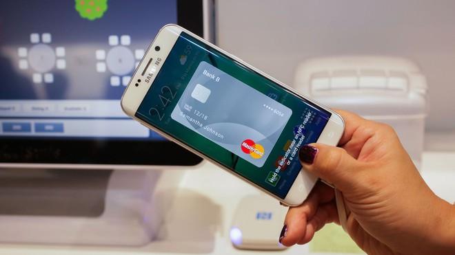 Xác thực bằng dấu vân tay để bật lên ứng dụng Samsung Pay - một bước bảo mật trong quá trình thanh toán.