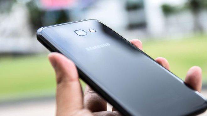 Galaxy A7 2017 (giá tham khảo: 10 triệu đồng cho máy mới, chính hãng) là chiếc smartphone thuộc dòng A vừa được ra mắt hồi đầu năm nay của Samsung. Máy có một vài đặc điểm tương đồng so với Note7 như thiết kế hai mặt kính, chống nước chuẩn IP68, sạc nhanh hay màn hình Always-on Display. Tuy nhiên tất cả các đặc điểm còn lại như màn hình, camera, cấu hình của A7 2017 đều thua kém hoàn toàn so với Note7.