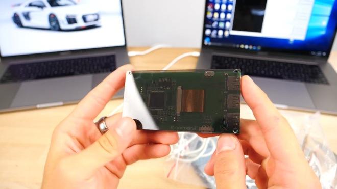 Đây là thiết bị dùng để phá mật khẩu iPhone. Nó thực chất chỉ là một bảng mạch với 3 cổng USB dùng để kết nối với iPhone và 1 cổng Lightning/microUSB