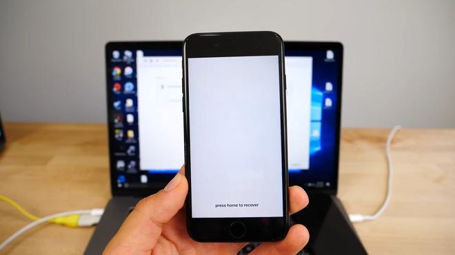 Một lát sau, màn hình trắng xóa với dòng chữ Press Home to Recover (bấm nút Home để khôi phục dữ liệu) sẽ hiện ra