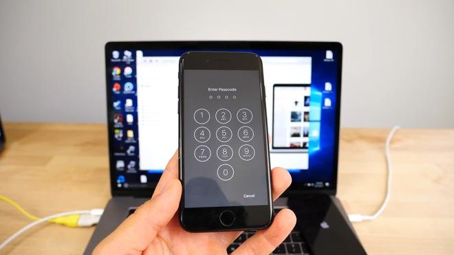 Khi bấm Home, máy sẽ yêu cầu người dùng nhập mật khẩu. Do một lỗ hổng của iOS 10, người dùng có thể nhập mật khẩu mà không bị hạn chế số lần ở màn hình này.
