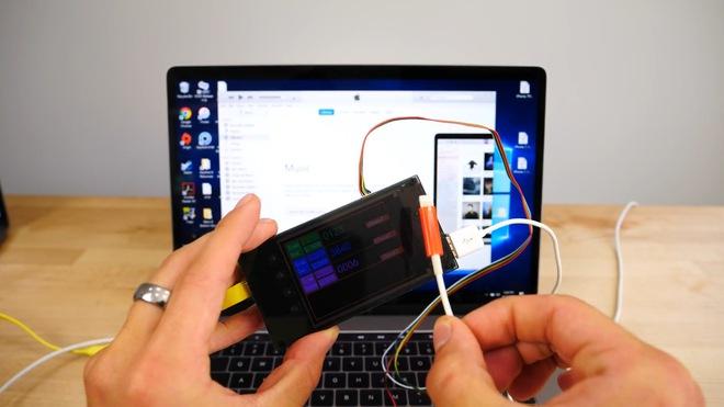 Đây là lúc mà thiết bị phá mật khẩu sẽ làm nhiệm vụ của mình. Người dùng sẽ kết nối iPhone với thiết bị này thông qua một sợi cáp Lightning đặc biệt, có khả năng điều khiển màn hình cảm ứng nhằm mục đích giả lập việc người dùng gõ mật khẩu