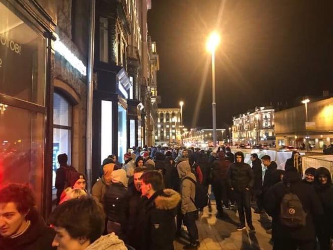 Từ đêm 01/11 đã có khoảng 500 người đứng chờ mua iPhone X ở Moscow dưới cái lạnh -3 độ C
