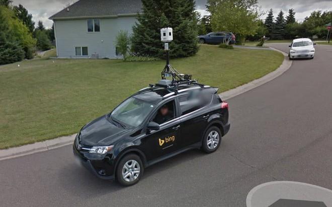 Ảnh chụp từ Google Street View về xe của Bing Streetside