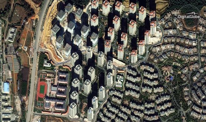 """Chenggong được mệnh danh là một thành phố """"ma"""" vào năm 2012 với 100.000 căn nhà trống. 5 năm sau, nơi đây vẫn còn rất nhiều nơi chưa có người ở nhưng các tòa nhà chọc trời cứ thế được xây dựng tiếp."""