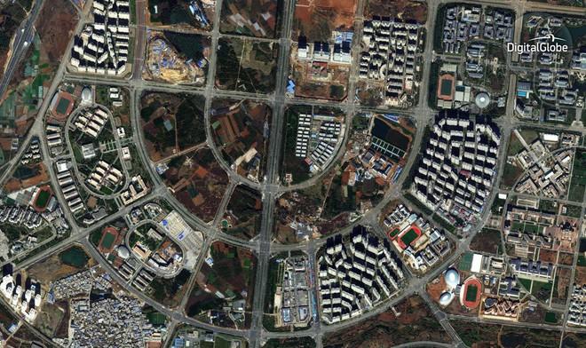 Chenggong đã quy hoạch tổng thể với hệ thống đường xá thoáng đãng, thông suốt. Tuy nhiên các con đường vẫn vắng bóng người và còn rất nhiều khu đất trống.