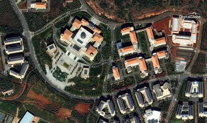 Chenggong có một số trường đại học được xây mới quy mô lớn. Nhưng theo DigitalGlobe thì chúng chưa được sử dụng và vẫn còn các hạng mục cần phải hoàn thành.