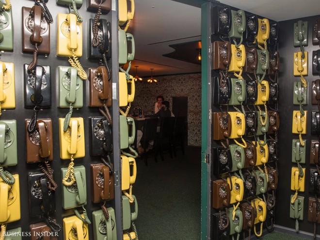 Tòa văn phòng Empire State Building của LinkedIn còn có một hầm rượu bí mật, được giấu kín bởi một bức tường với những chiếc điện thoại xếp chồng.
