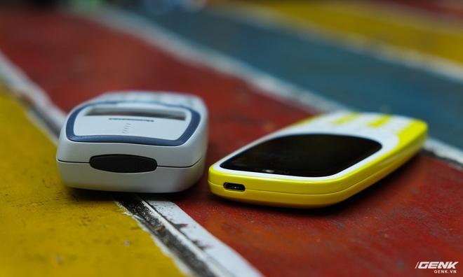 Cạnh trên của Nokia 3310 mới có cổng sạc Micro-USB, còn bản cũ thì là phím nguồn cao su.