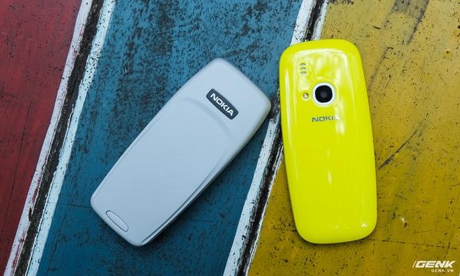 Mặt lưng của hai máy hoàn toàn khác biệt, không có bất kì điểm nào giống nhau ngoài logo Nokia.