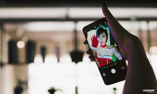 Camera selfie 20MP của máy có điểm nhấn là chất lượng cực tốt, hỗ trợ làm đẹp bằng AI thông minh, tự nhận diện giới tính, đặc điểm khuôn mặt để áp dụng hiệu ứng tương tự.