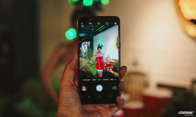 Camera chính thì có độ phân giải 16MP, khẩu độ ống kính f1.8 thu sáng tốt và khả năng lấy nét theo pha rất nhanh.