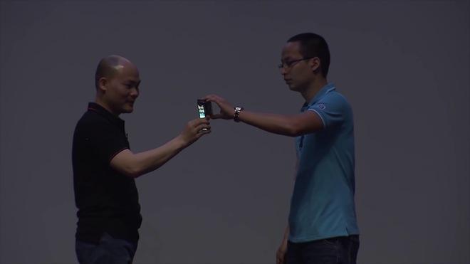 Người dùng chỉ cần chạm hai chiếc Bphone vào nhau là đã có thể truyền dữ liệu