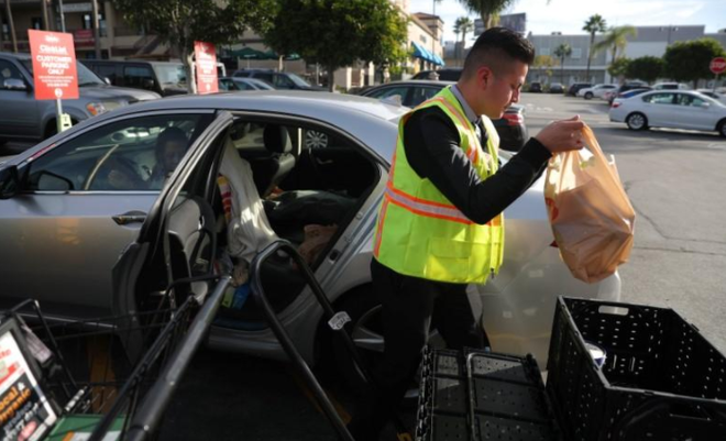 Khách hàng không cần rời xe vì có nhân viên mang đồ tới cho