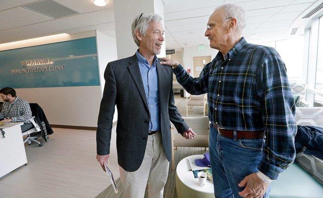 Ken Sheforgan đang cảm ơn vị bác sĩ đã điều trị cho mình, Tiến sĩ David Maloney tại Trung tâm Nghiên cứu Ung thư Fred Hutch