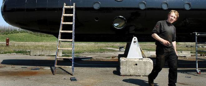 Anh Madsen bên cạnh chiếc tàu ngầm, ảnh chụp năm 2008.