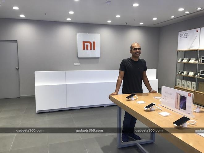 Phó chủ tịch Xiaomi, Manu Kumar Jain trong một cửa hàng mới mở của Xiaomi tại Guragram vào tháng trước.