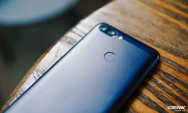 Mặt lưng của M1 được thiết kế bằng kim loại và khá đơn giản với camera kép cùng cảm biến vân tay quen thuộc.