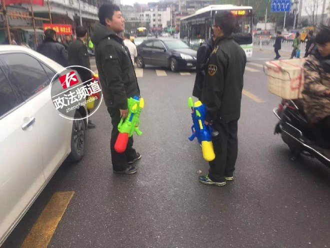 Trung Quốc: Quản lý đô thị được trang bị súng phun nước để dập tắt bếp than trái phép - Ảnh 1.