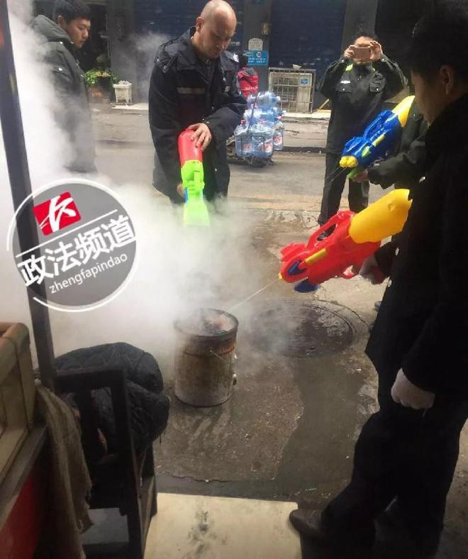 Trung Quốc: Quản lý đô thị được trang bị súng phun nước để dập tắt bếp than trái phép - Ảnh 4.