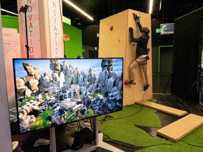 Leo núi mạo hiểm xưa rồi, giờ bạn có thể leo núi bằng công nghệ thực tế ảo mà chẳng lo độ cao hay tai nạn nữa - Ảnh 1.