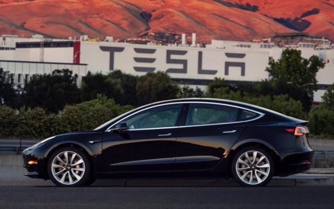 Con trai của ông trùm truyền thông Rupert Murdoch rộng đường trở thành chủ tịch Tesla thay Elon Musk - Ảnh 1.
