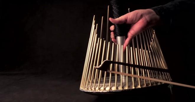 Thứ nhạc cụ trông như cái bu gà này có thể tạo ra hầu hết âm thanh trong phim kinh dị - Ảnh 2.