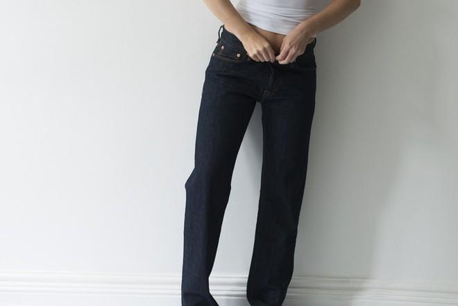 Ngó qua quần jeans 3 triệu đồng cực độc, mặc vào xì hơi thoải mái không lo thối - Ảnh 4.