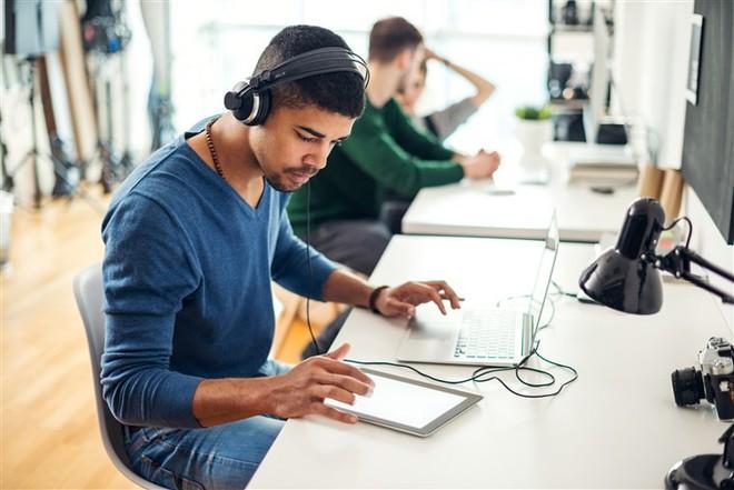 Nghe nhạc khi làm việc ảnh hưởng thế nào đến não bộ của bạn? - Ảnh 2.