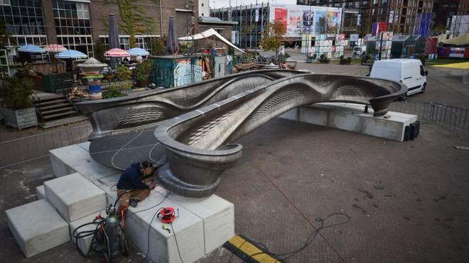 Công nghệ 3D giờ hiện đại đến nỗi, các kỹ sư đã có thể in ra một cây cầu làm hoàn toàn từ thép - Ảnh 3.